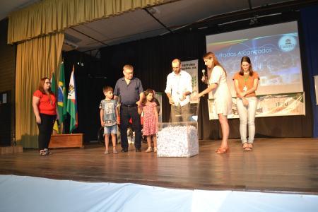 Administração Municipal realiza entrega de prêmios e faz encenação natalina