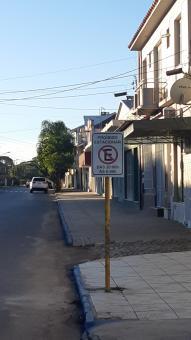 Placas regulamentadas pelo Decreto nº 5831 são fixadas na Av. Vaz Ferreira